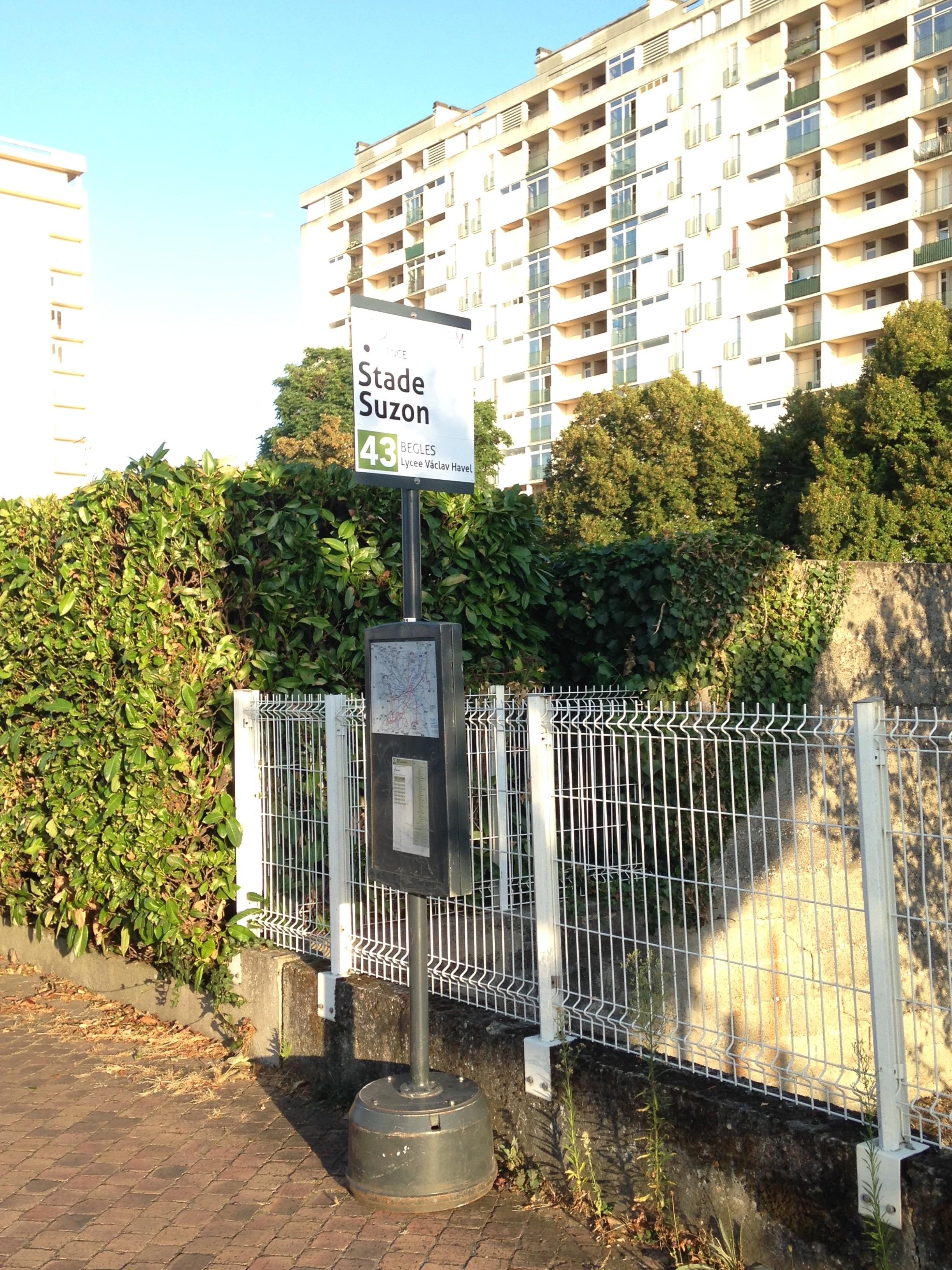 Nouvel arrêt de bus devant la résidence Voltaire